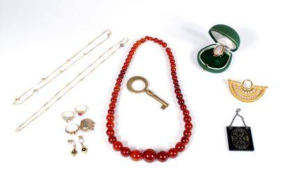 Ensemble de bijoux comprenant :  - Chaîne...