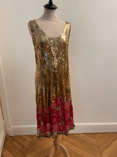 ** Très belle robe entièrement brodée de...