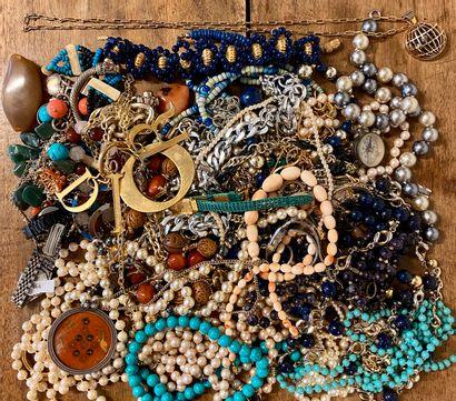 Important lot de faux bijoux
