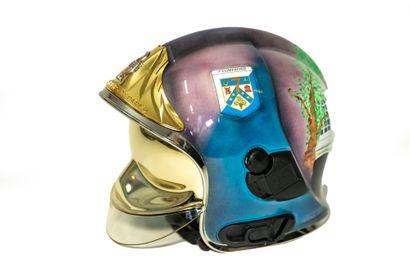 Un casque de sapeur-pompier peint aux couleurs des Vendanges.    Equipement individuel,...