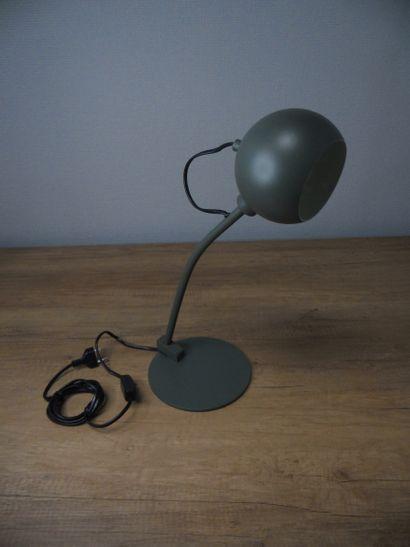 1 x Lampe de table métal couleur vert cèdre...