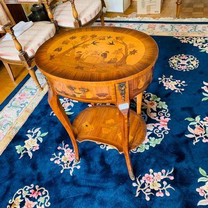 TABLE DE MILIEU de forme ovale, ouvrant par...