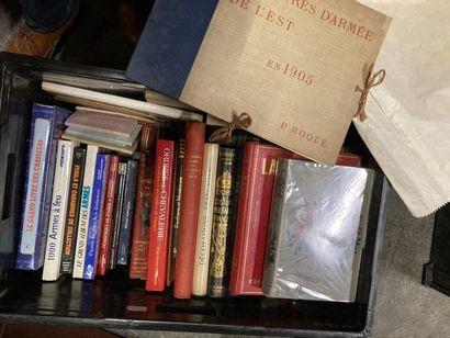 [Militaria]. CAISSE de livres reliés et brochés