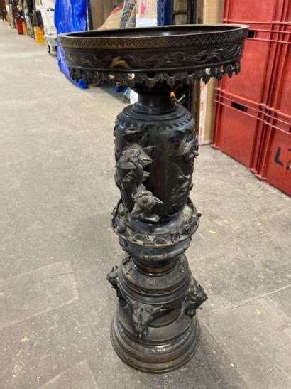 SELLETTE en bronze à décor d'oiseaux branchés...