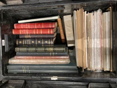 [Journaux et caricatures]. LOT de deux caisses de documentations et de livres reliés...