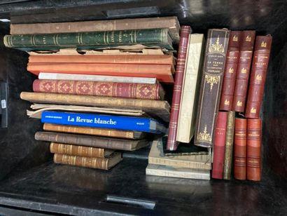 [Journaux et caricatures]. LOT de deux caisses de documentations et de livres reliés et brochés