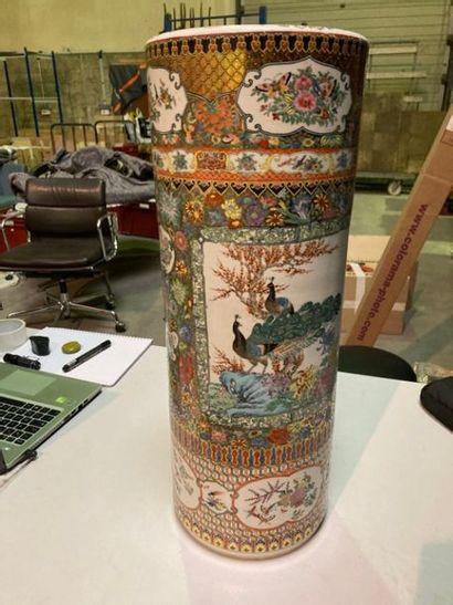 CHINE - XXe siècle. Vase rouleau porte parapluie...