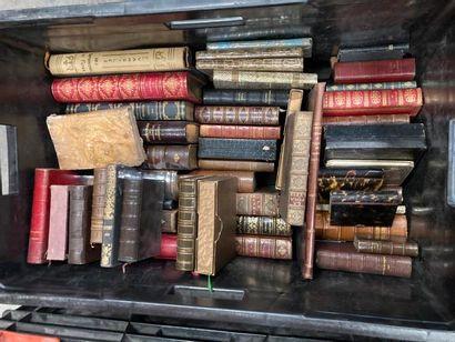[Religion & christiannisme]. Une caisse de documentations et de livres reliés et brochés