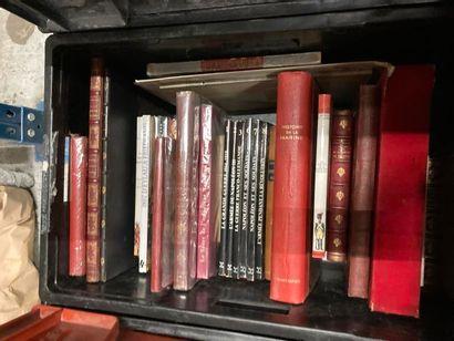 [Militaria]. LOT de deux caisses de documentations et de livres reliés et brochés...
