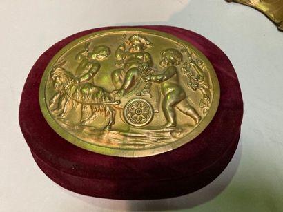 PLAQUE MEDAILLON en bronze doré à décor de...