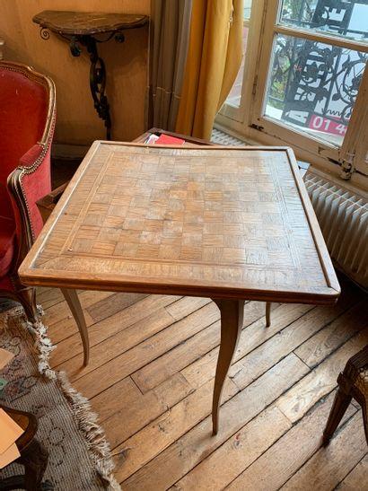 TABLE A JEUX en bois naturel, les pieds cambrés,...