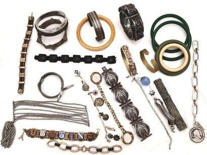 LOT de bracelets de tous styles, breloques...