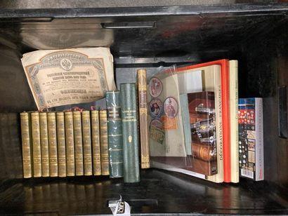 [Militaria]. LOT de deux caisses de documentations et de livres reliés et brochés