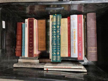 [Militaria]. LOT de trois caisses de documentations et de livres reliés et brochés...