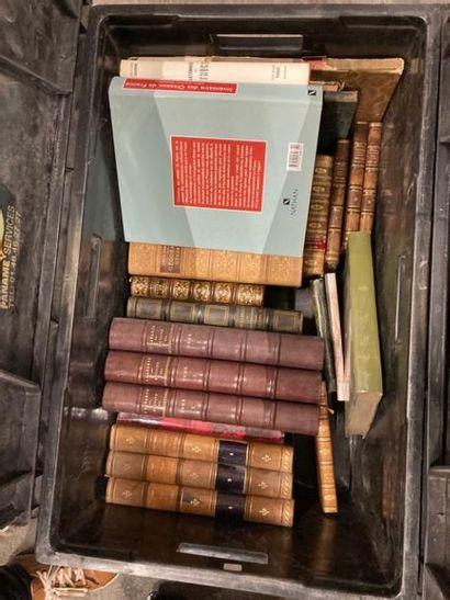 [Sciences]. LOT de deux caisses de documentations et de livres reliés et brochés...