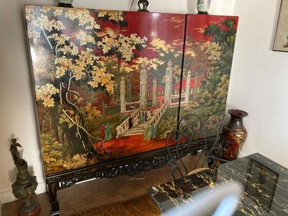 MEUBLE en bois laqué rouge à décor polychrome...