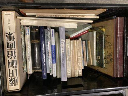 [Arts]. CAISSE de livres reliés et brochés [Arts]. CAISSE de livres reliés et brochés...