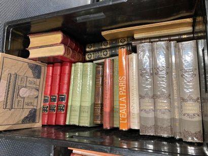 [Paris]. LOT de deux caisses de documentations et de livres reliés et brochés ERRATUM...