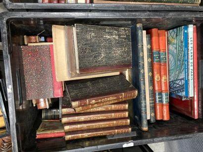 [Paris]. LOT de deux caisses de documentations et de livres reliés et brochés