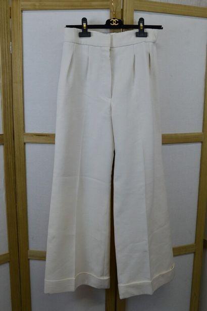 CHANEL  Pantalon large à pince en crêpe écru...