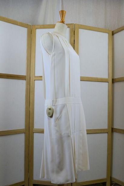 CHANEL  Robe sans manche en soie écrue plissée...