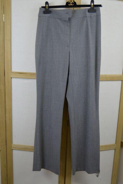 CHANEL  Pantalon de tailleur en lainage gris...