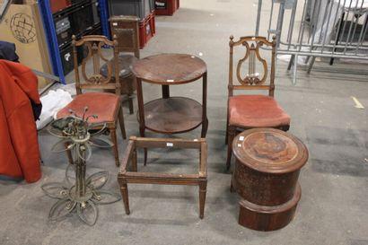 Lot comprenant :  - Une chaise d'aisance...