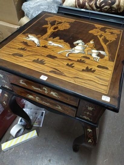 Table carrée en bois de placage et marqueterie...
