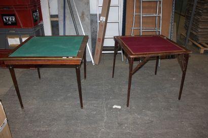 Deux tables carrées de bridge, l'une en acajou...