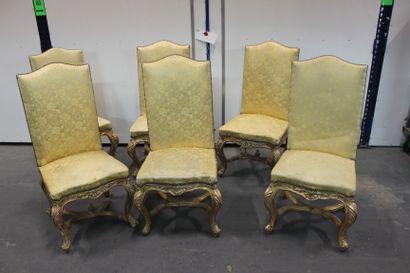 LOT VOLONTAIRE // 6 chaises en bois mouluré...