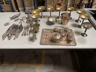 Lot en métal argenté comprenant :  - 8 coupes...