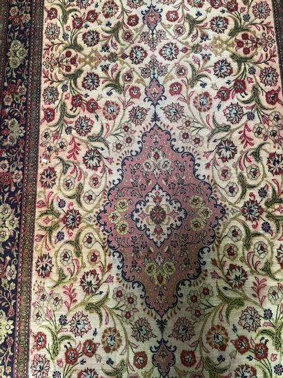 Paire de tapis de couloir en soie à décor...