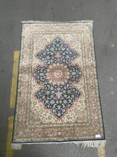 Petit tapis en soie à décor floral polychrome...