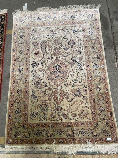 Tapis en soie à décor polychrome de motifs...