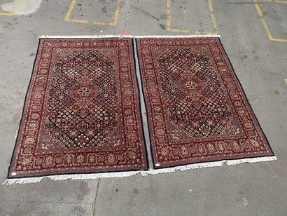 Paire de tapis en laine à décor polychrome...
