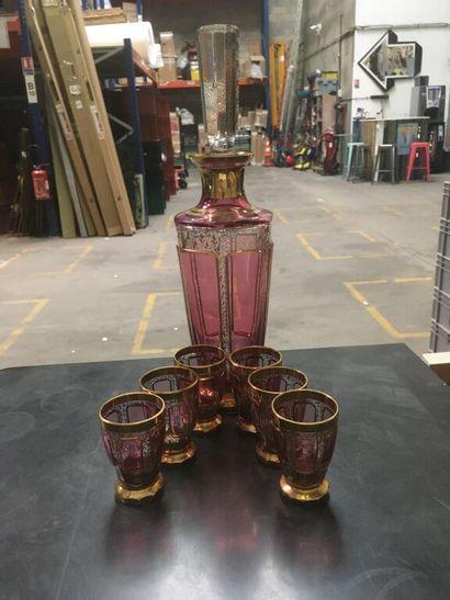 Carafe et 6 verres à liqueurs en verre rose...