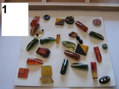 Carte de 28 boutons 1940 en plastique et...