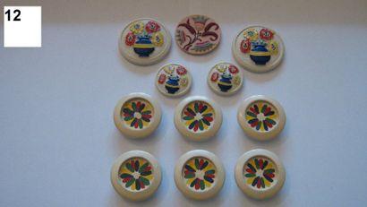 Série de 11 boutons en bois peint. 20ème...