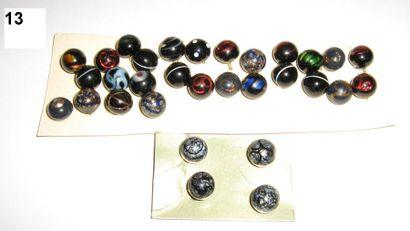Série de 31 boutons boules en verre.