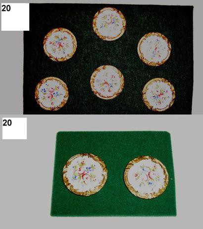 8 boutons en émail sur cuivre à décor floral...
