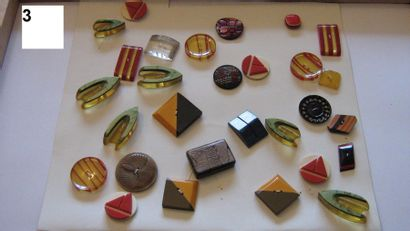 Carte de 30 boutons, 1940 en plastique. (Différents...