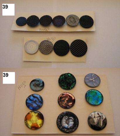 François HUGO. 1940-1950. 5 boutons en émail...