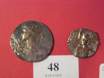 2 boutons en métal, l'un FLORE (D. 35 mm),...