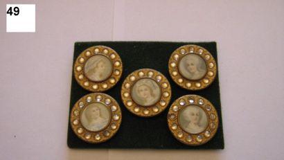 5 boutons chromos A.P. & Cie. Paris. Têtes...