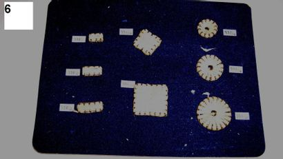 Carte de 8 boutons en paille. J. GROSMANN....