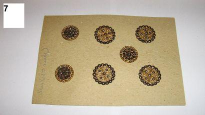 7 boutons en métal ajouré et pointes d'acier....
