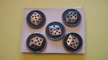 5 boutons en métal à décor de dés. (D. 33...