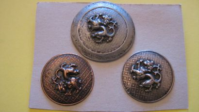 3 boutons en métal estampé à décor de chimère....