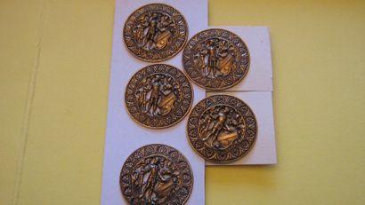 5 boutons en métal découpé et estampé à décor...
