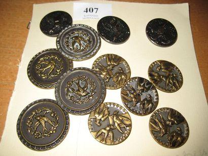 12 boutons en métal estampé à décor d'oiseaux....